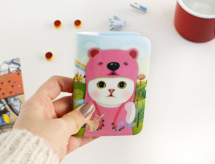 choo chooが、<br>ピンク色のクマに扮していて<br>キュート♪<br>とっても便利なカードケースです!