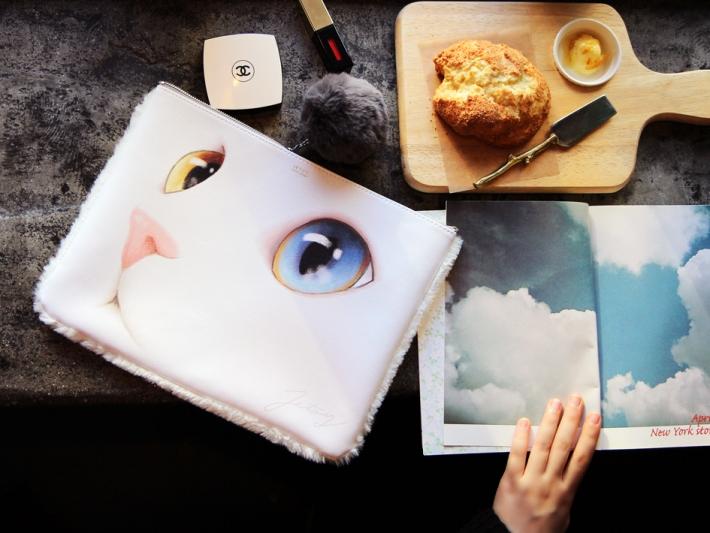 白ネコのお顔が大胆にデザインされた<br>キュートなクラッチバッグ♪