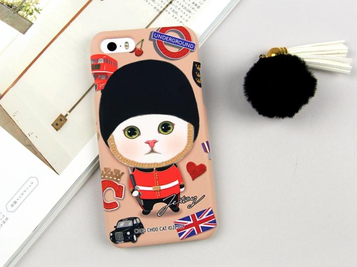 英国を代表するモチーフが<br>たくさん描かれた<br>衛兵白猫ちゃんの<br>iPhone7用のハードタイプ<br>スマホケース(^^)