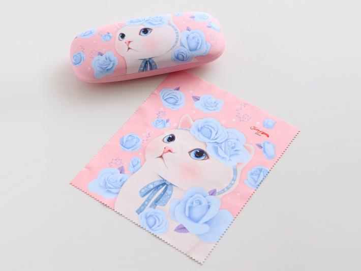 美しいブルーローズと白猫のデザイン♪<br>メガネケースとメガネ拭きに<br>お揃いのイラストが描かれています。
