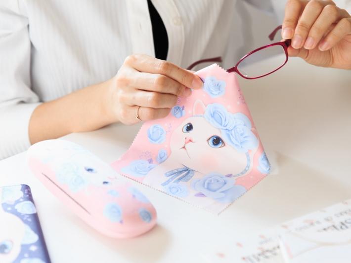 メガネのお手入れが楽しくなるかも!?!<br>全面にイラストが描かれたメガネ拭きは、<br>使うのがもったいないくらいのかわいさ☆