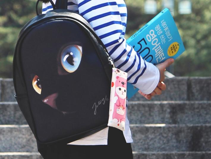大きなバッグのときは<br>外付けがオススメ♪<br>荷物が多いときにも<br>迷子にならなくて便利!!<br>※写真は別の柄のものです。