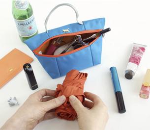 エコバッグは、<br>小さなバッグ型のポーチの中に<br>収納できます。<br>※商品説明写真は、<br> 別のカラーの商品を使用しています。