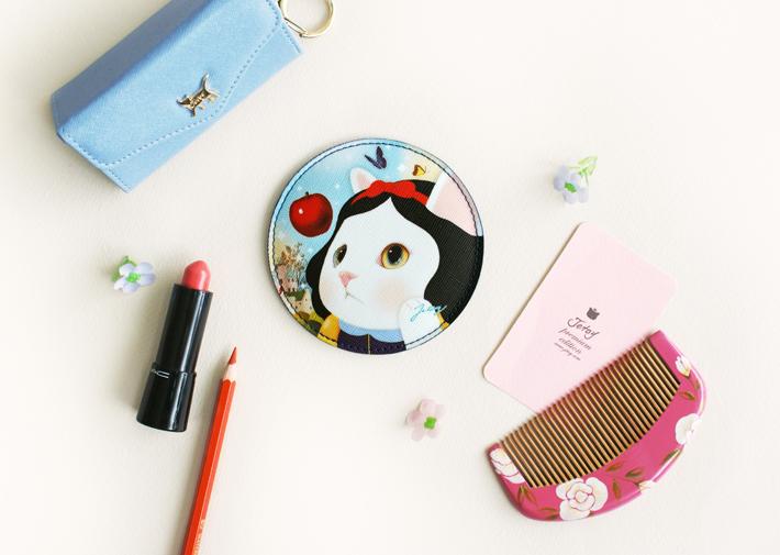 白雪姫に扮した白猫がアップで<br>描かれたかわいい手持ち鏡(^^)