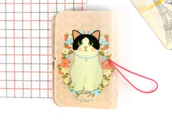 裏には、白黒猫が全面に描かれています♪<br>お花もデザインされていて、<br>ラブリーな雰囲気がかわいいです♪
