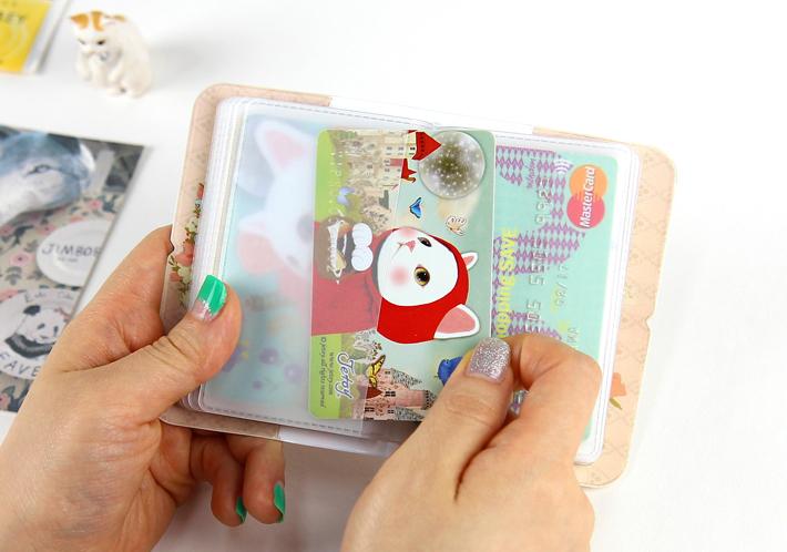 クリアポケットには、カードはもちろん、<br>診察券などをしまってもいいですね◎