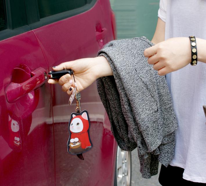 車の鍵をつけて、<br>キーホルダーにもぴったり!<br>※説明のため、別の商品を使っています。