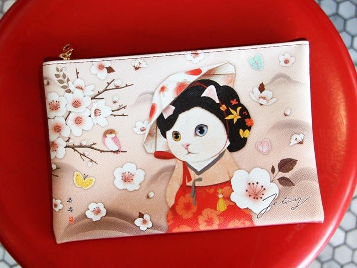 韓国の伝統的な衣装に身をつつんだ、<br>choo chooが個性的で美しい!<br>艶やかなデザインのミニクラッチです◎