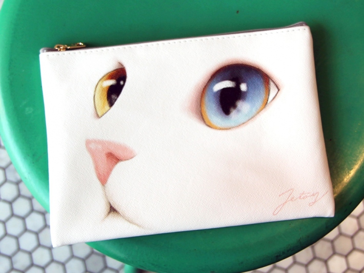 全面にchoo chooのお顔が描かれた<br>かわいらしいクラッチバッグです!