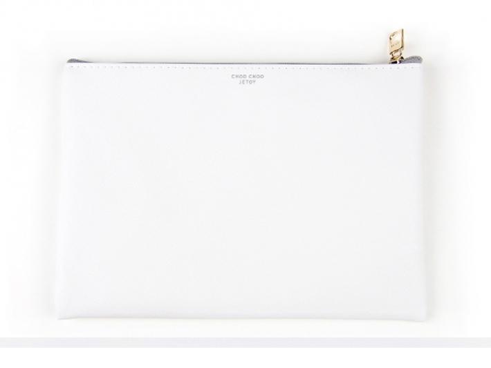 表も裏も、<br>真っ白なカラーベースなので、<br>普段のお洋服にもあわせやすいです!