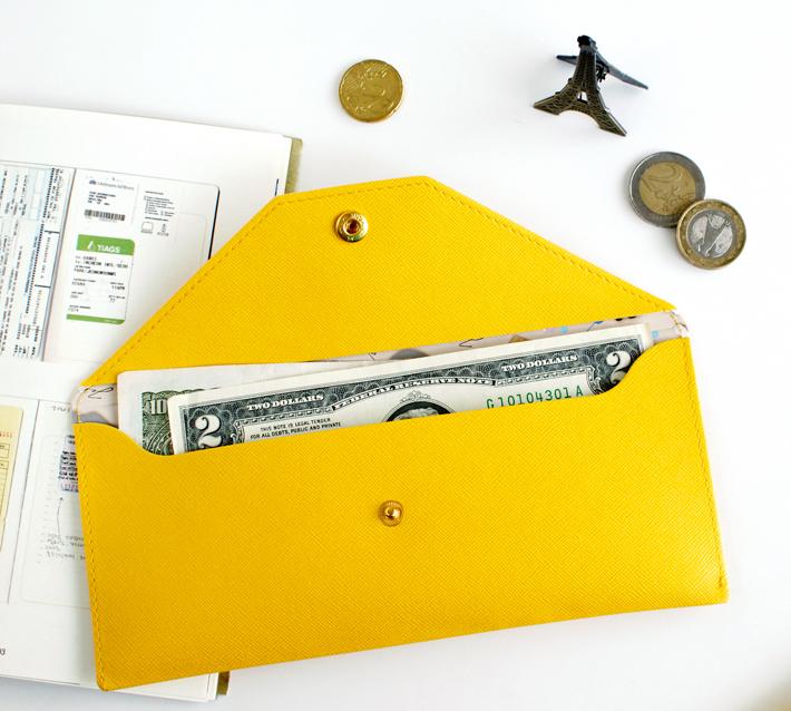 お札も収納可能なサイズです。