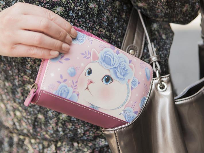 ブルーローズ猫のイラストが<br>全面に描かれた本革の長財布♪<br>存在感のあるデザインと、<br>女性らしさを演出する<br>グレイッシュピンクのベースカラー!