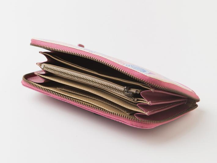 収納力抜群!<br>お札や小銭はもちろん、<br>なんと通帳も入る大きさです。