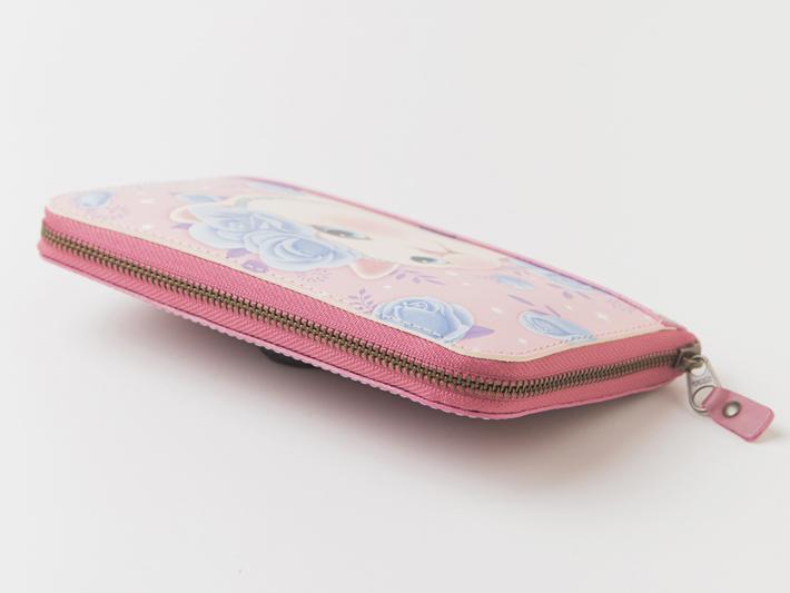 ファスナーもピンク色に仕上げました。<br>三辺をしっかり囲うファスナーは、<br>すべりがよく、気持ちよく使えます。