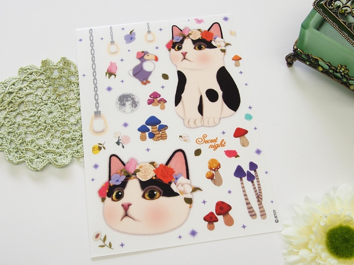 花の冠をかぶった白黒猫がかわいい♪<br>大きめのシールです◎