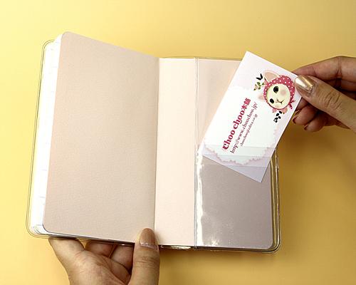 カバーにはポケットも付いていて、<br>ちょっとしたモノを入れることができて、便利!