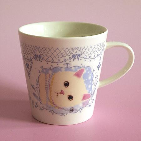 ネックレスをつけた猫のイラストのマグカップです。