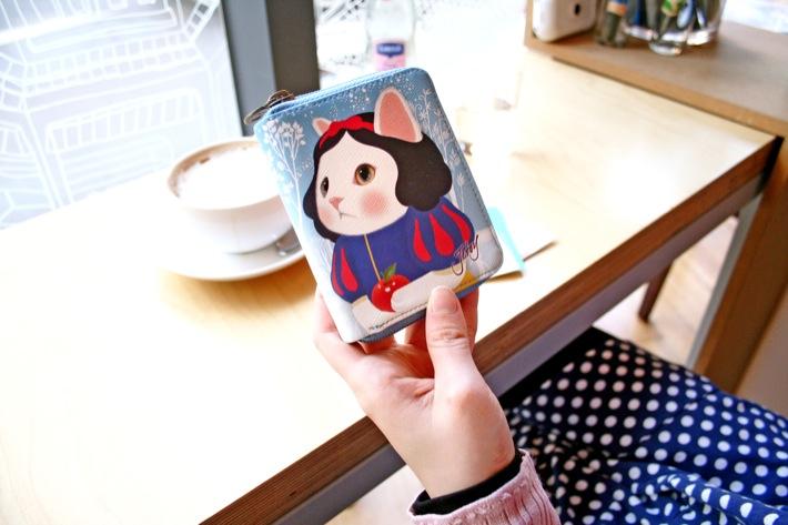 高級感がある見た目がグッド!<br>白雪姫ネコが大きくデザインされた<br>かわいすぎるカードケース(^^)