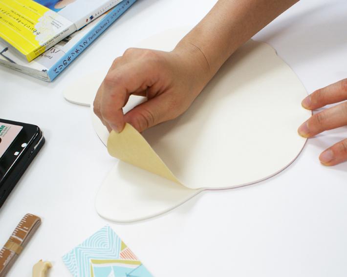 裏紙をはがせば、<br>机の上ですべりにくい加工になっています。<br>※商品説明写真は、別の絵柄の商品を使用しています。