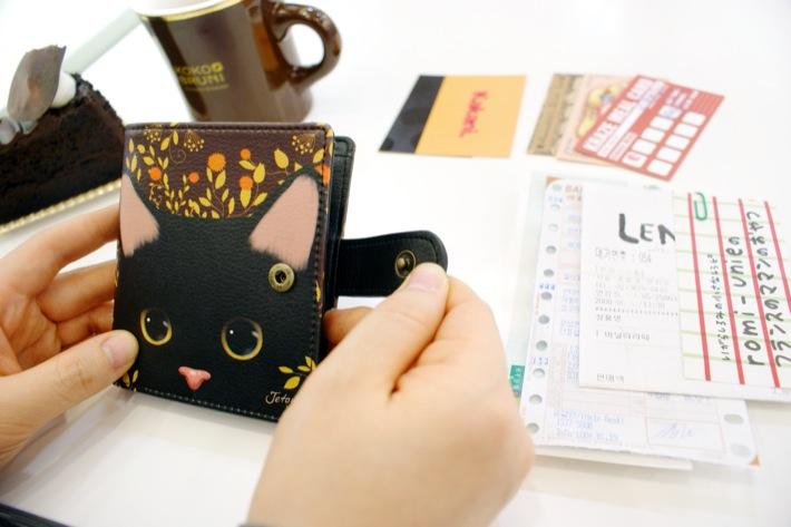 猫のイラストが美しいお財布です。