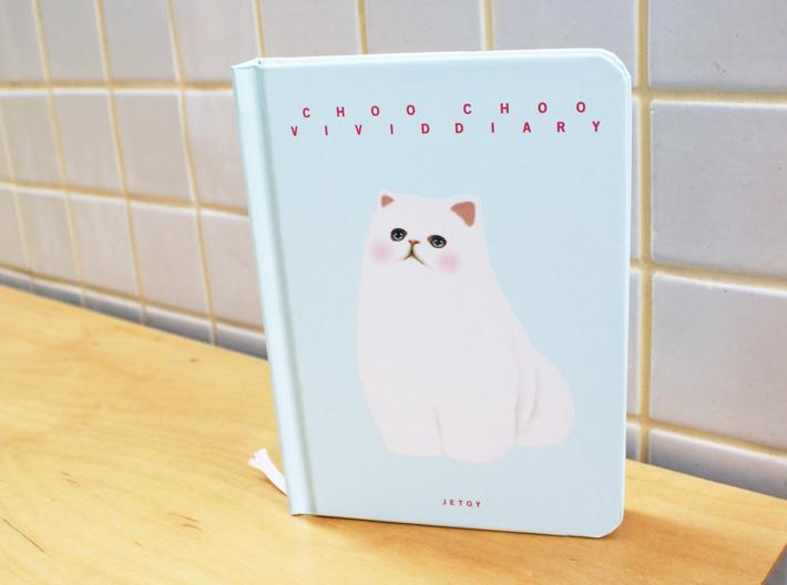 表紙はハードカバー。<br>猫のイラストだけツヤのある<br>浮き上がった印刷です。