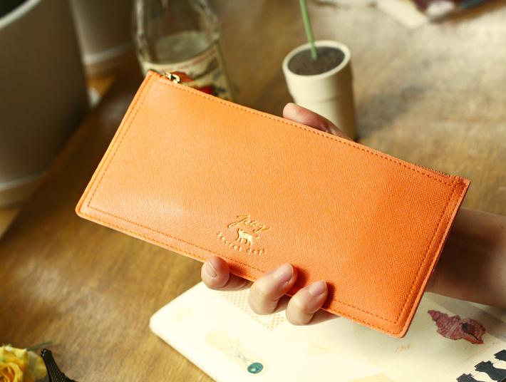 明るいオレンジカラーの<br>札入れを持ち歩けば<br>テンションが上がりそう♪<br>シンプルなデザインが<br>うれしいですね(^^)