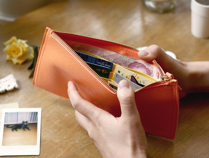 中は、大きな仕切りが2つ、<br>カードポケットが4つあります。<br>仕分けに便利♪