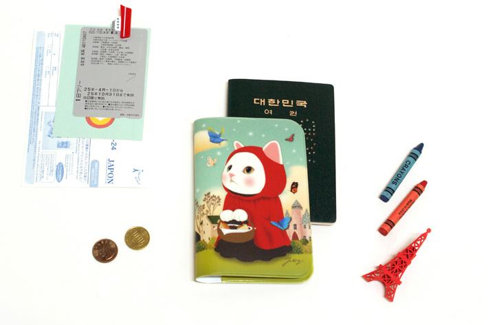 手のひらサイズのパスポートケースです。