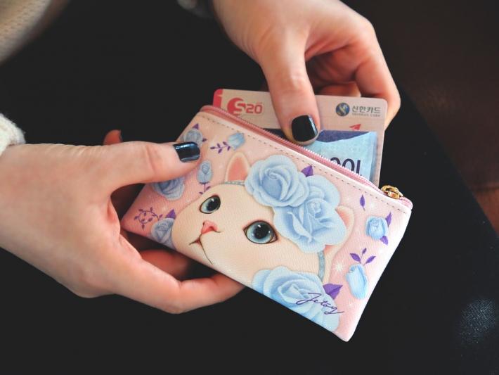 カードやコインが入るから、<br>バッグが小さいときには<br>お財布代わりにも!