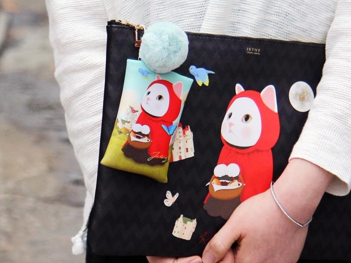 お気に入りのバッグやポーチに付けたり、<br>チャームとして鍵に付けたり… 自由な発想で使ってくださいね♪<br>※写真は別の柄のものです。