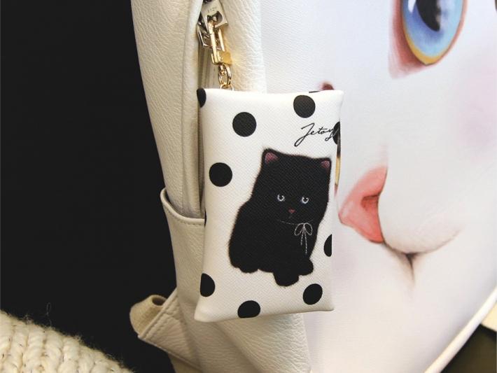 お気に入りのバッグやポーチに付けたり、<br>チャームとして鍵に付けたり… <br>自由な発想で使ってくださいね♪<br>※写真は別の柄のものです。