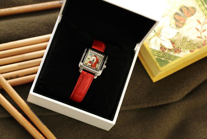 シルバーのフェイスと<br>赤いベルトで仕上げた<br>おしゃれなデザインの腕時計☆