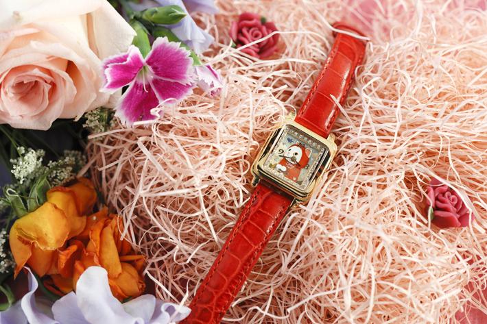 ピンクゴールドのフェイスと<br>赤いベルトが華やかな<br>デザインの腕時計☆