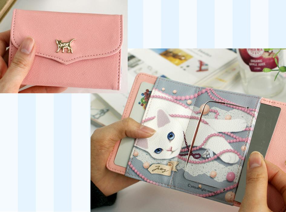【猫のミラー付きパスケース ピンク/パール】<br>外側はシンプルなワンポイントのパスケースですが、<br>中を開けるとかわいらし いイラストが!<br>ミラーも付いているので、お役立ち度満点です