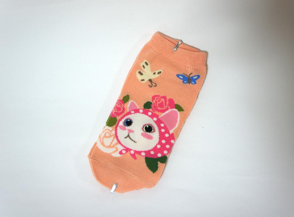 ずきんを被った<br>かわいいネコとメルヘンな<br>世界観がすてき♪<br>ピンクカラーの靴下です☆
