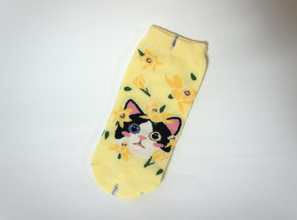 白黒ハチワレ<br>猫ちゃんがキュート♪<br>イエローカラーの靴下です☆