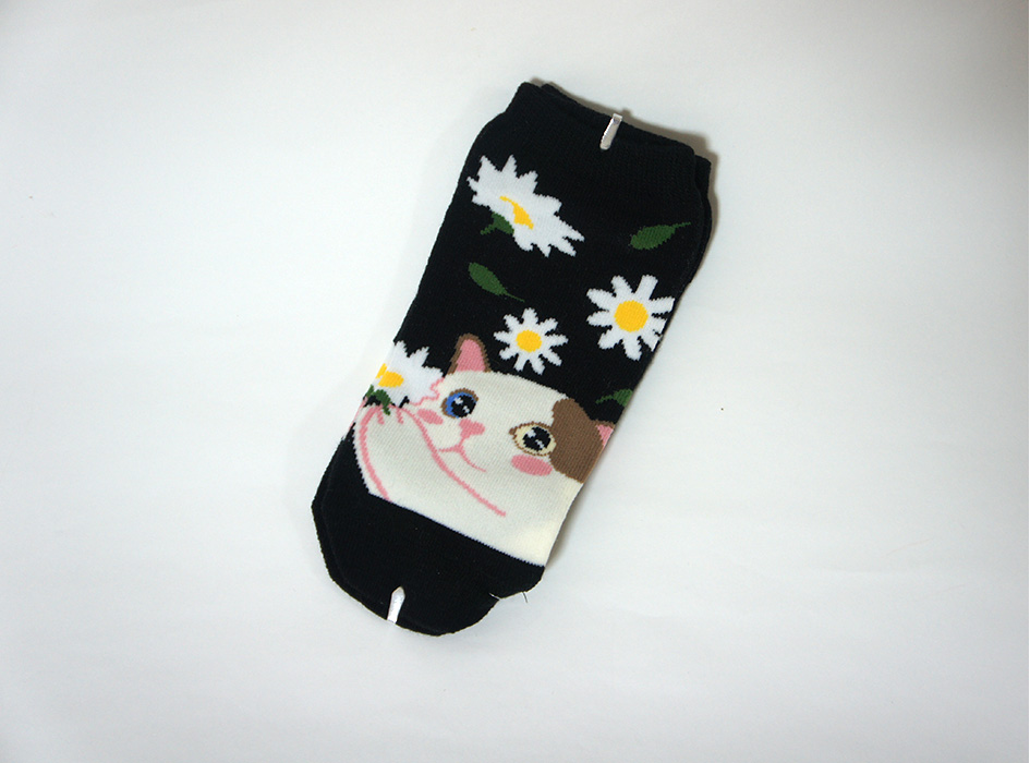 デイジーのお花を持った<br>白茶ネコがキュート♪<br>ブラックカラーの靴下です☆