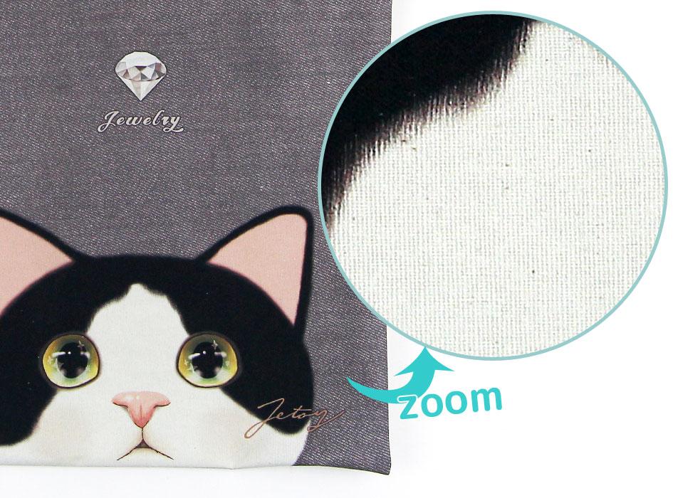 本製品はポリエステル素材とコットン生地をメランジ加工して仕上げております。<br>また、猫の顔を含め、全体に粒のようなもの(植物の破片)が見られますが、<br>素材本来の風合いを生かしたものですので、ご了承下さい。<br>(※写真は別の柄のものです。)