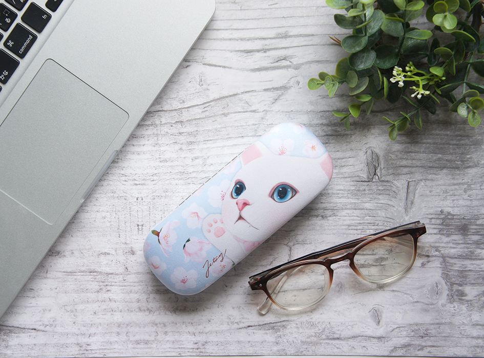 パステルブルーによく映える桜の花と、<br>無邪気な表情で手を伸ばす白猫ちゃんが、<br>とてもかわいいデザイン。