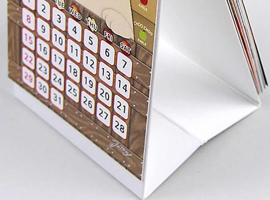 カレンダーは、スタンド式なので<br>しっかりと安定し、<br>どんな場所でもすぐに広げることができます◎