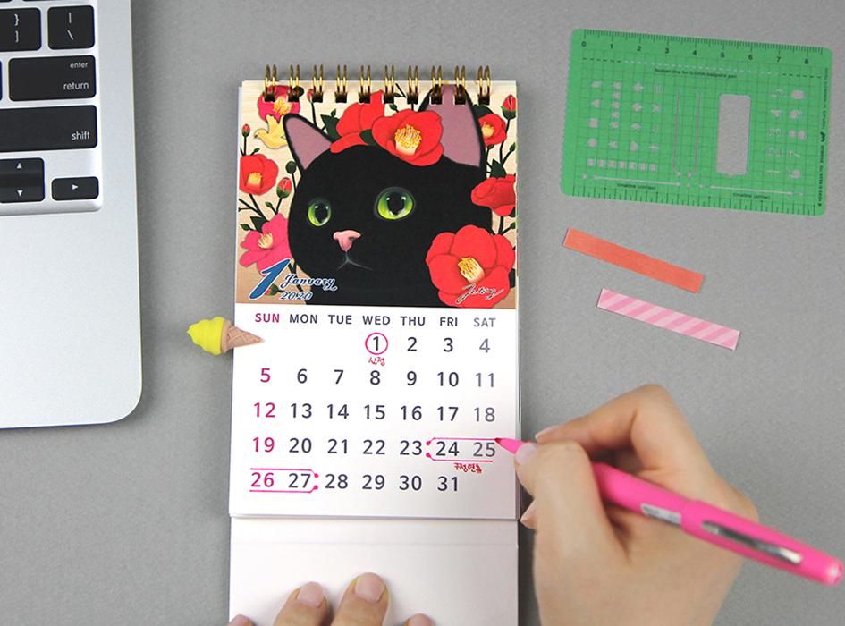 2020年のスタートを飾る<br>1月の絵柄は<br>真っ赤なお花に囲まれた黒猫ちゃん♪<br>幸運の象徴と言われる<br>黒猫から始まるなんて<br>幸先がよさそうですね◎