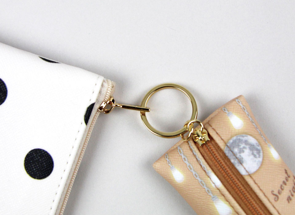 しっかりとしたキーリングが付いているので、<br>キーやポーチ、バッグなどのチャームとして使えます♪<br>(※写真は別の柄のものです。)