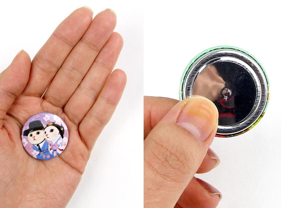 手のひらにおさまる大きさ!<br>裏面に磁石が付いています<br>(※写真は別の柄のものです)