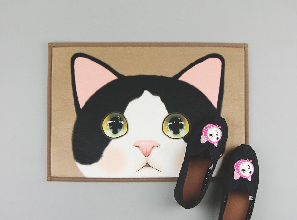 うるうるした瞳の白黒猫がかわいらしい♪<br>インテリアマットです◎