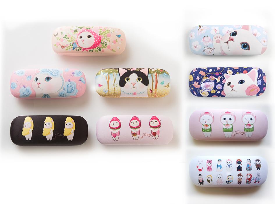 """choo chooではさまざまな絵柄の<br>メガネケースを販売しています。<br>自分用に、お出かけ用に、<br>プレゼント用にと、<br>豊富なデザインの中から選べるのも◎<br>他のデザインも気になる方は、<br>ぜひこちらからチェックしてください。<br><a href=""""http://www.choochoo.jp/is/?q=%E7%8C%AB%E3%81%AE%E3%83%A1%E3%82%AC%E3%83%8D%E3%82%B1%E3%83%BC%E3%82%B9&and_or=0&price_range_start=&price_range_end=&category=&sort=1&limit=12"""">猫のメガネケースの他の柄はこちら♪</a>"""