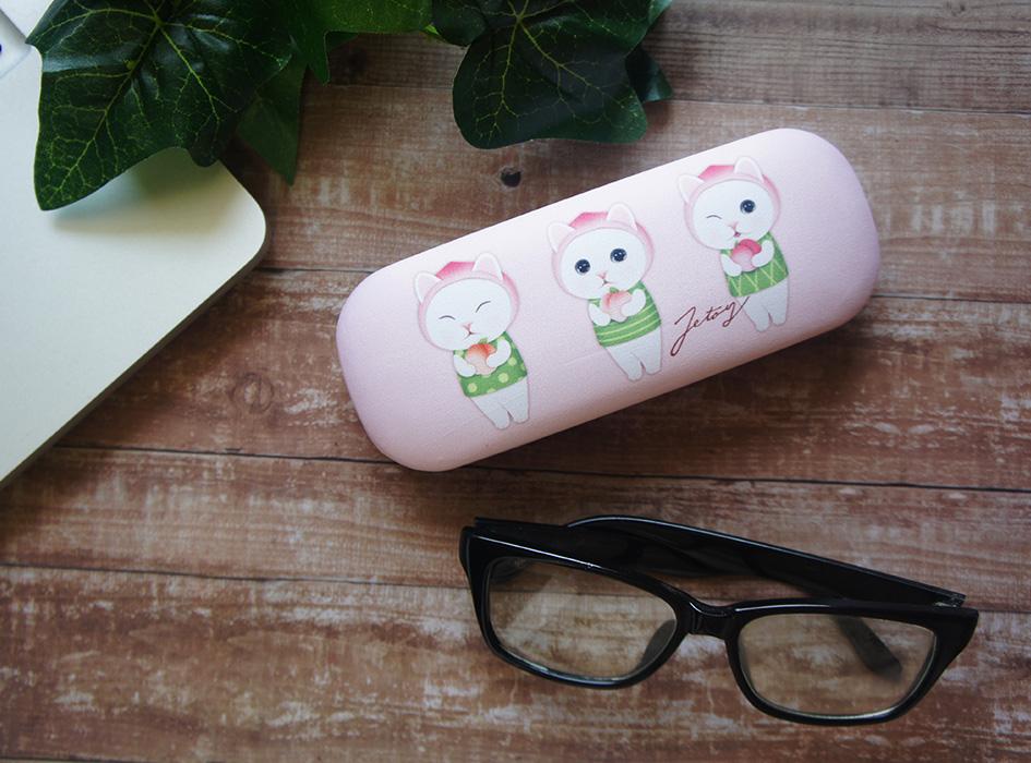 フルーツねこシリーズの中でも<br>大人気のキャラクター☆<br>桃の被り物をした白猫が<br>人目をひくとってもキュートな<br>メガネケースです♪