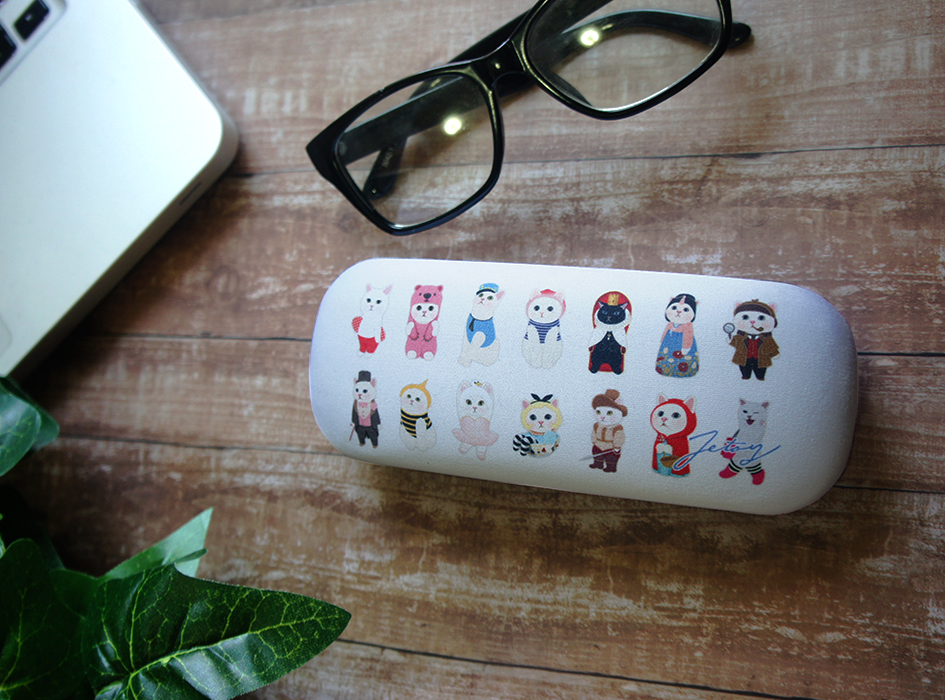 たくさんのchoo chooがデザインされた<br>とってもにぎやかなメガネケース(^^)<br>さまざまな衣装を着た猫ちゃんは<br>見ているだけで楽しくなります☆