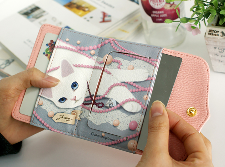 中には、白猫とピンクのパールが<br>美しく描かれています<br>きれいな瞳が魅力的です!<br>左側はカードが入るポケットになっています。