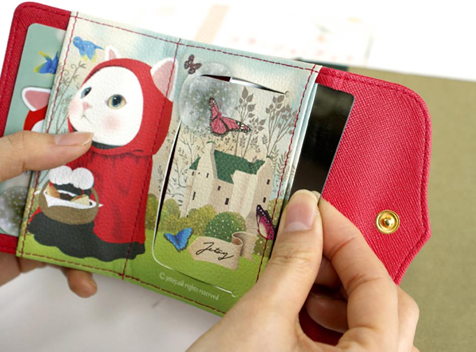 赤ずきん猫の童話の世界観が<br>全面に広がるデザインです♪<br>絵本の中に入ったような気持ちになります♪<br>左側はカードが入る<br>ポケットになっています。