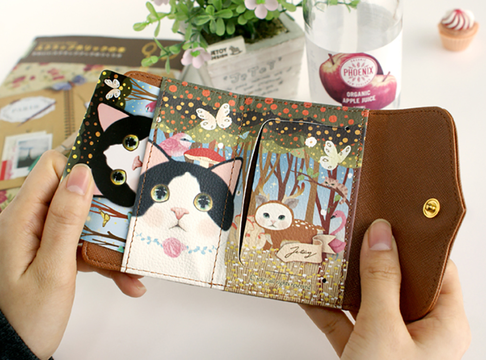オシャレな白黒と森のデザインは<br>大人の女性にもぴったりの<br>落ち着いた雰囲気です♪<br>左側はカードが入る<br>ポケットになっています。